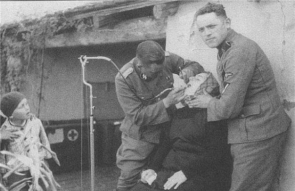 Офицер - стоматолог дивизии СС лечит зубы