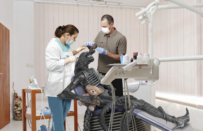 Лечение зубов существу из фильма Чужой