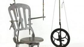 Чугунное стоматологическое кресло и бормашина с педальным приводом