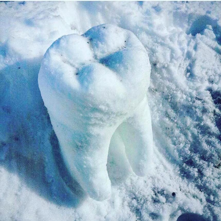 Зуб из снега