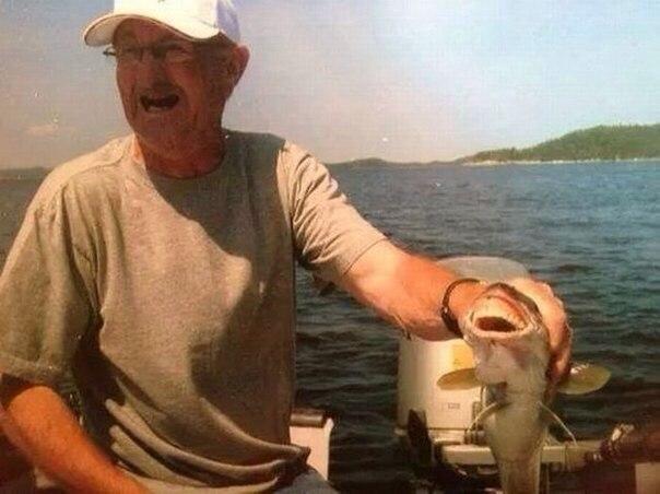 Рыбак примерил свои протезы рыбе