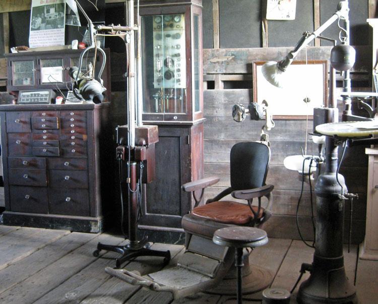Стоматологический кабинет в городе Итаска, штат Техас 1881г.