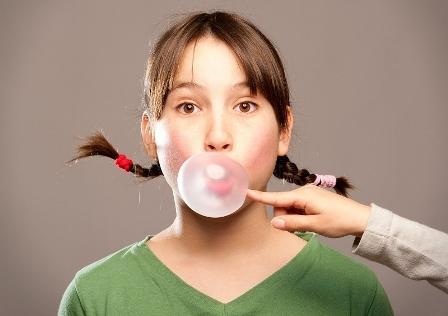 Жевательная резинка может быть причиной головных болей у подростков