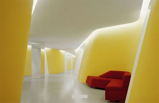 """Стоматологический кабинет под названием """"KU64"""", находящийся на бульваре Курфюрстендамм в берлинском округе Шарлоттенбург спроектирован дизайнерами в современном и даже футуристическом стиле."""