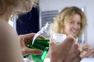 Жидкости для полоскания рта могут вредить зубам