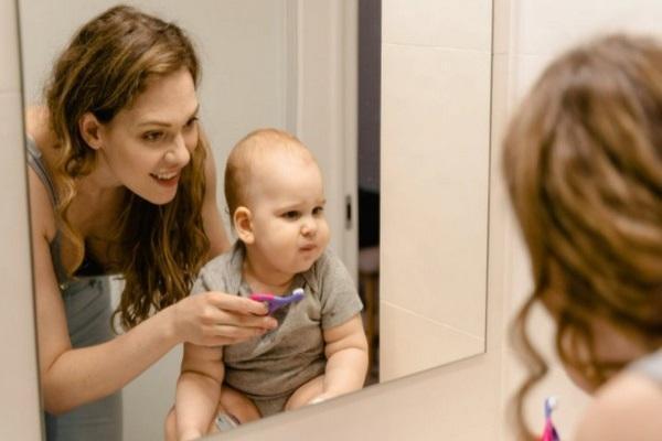 Послеродовую депрессию у мам связали с привычкой реже чистить зубы у маленьких детей
