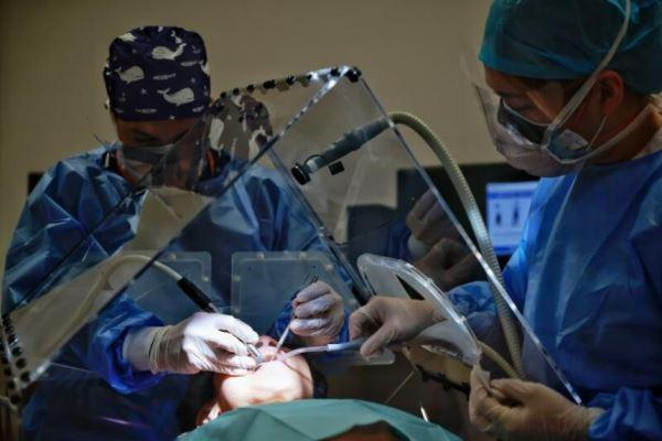 В Сингапуре разработали большой экран для защиты стоматологов от аэрозолей