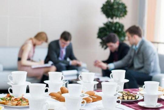 Привычка пить чай со сладостями в перерывах на работе сказывается на состоянии зубов