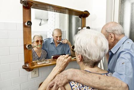 Пожилые люди с проблемными зубами реже выходят из дома