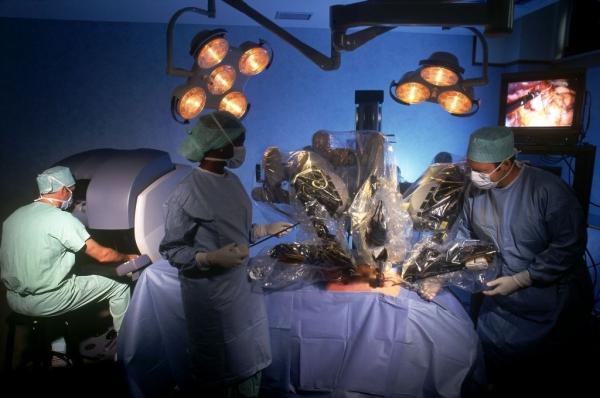 Доктор Теймер Ганем выполняет трансоральную роботизированную операцию для удаления злокачественных опухолей головы и шеи