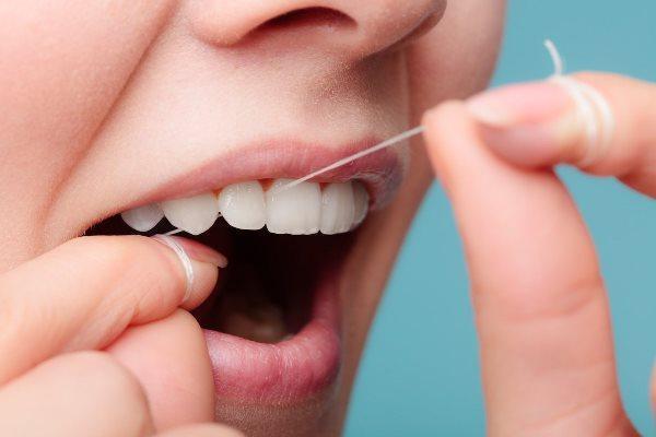 Исследователи подтвердили пользу применения зубной нити и межзубных ершиков